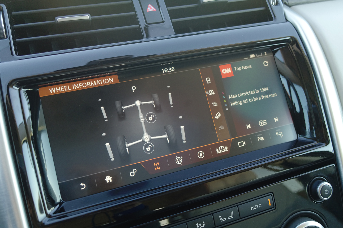 2017 Land Rover Discovery InControl display