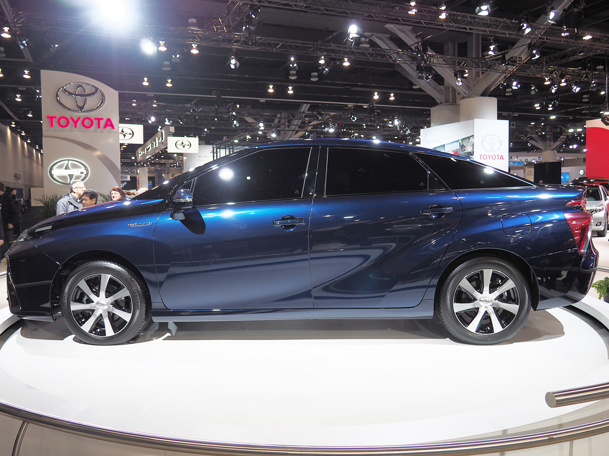 Toyota Fuel Cell Vehicle Concept side